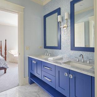 Idee per una piccola stanza da bagno per bambini classica con ante in stile shaker, ante blu, piastrelle blu, lastra di vetro, pareti blu, pavimento in marmo, lavabo sottopiano, top in marmo, pavimento grigio e top grigio