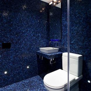 Esempio di una piccola stanza da bagno con doccia moderna con WC a due pezzi, piastrelle blu, piastrelle a mosaico, pareti blu, pavimento con piastrelle a mosaico, top piastrellato, lavabo a bacinella e pavimento blu