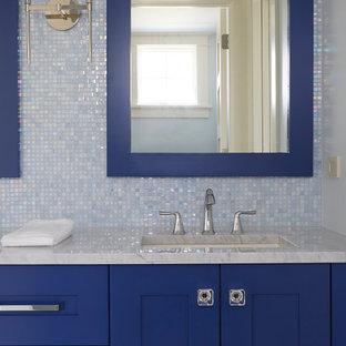 Ejemplo de cuarto de baño infantil, tradicional, pequeño, con armarios estilo shaker, puertas de armario azules, baldosas y/o azulejos azules, baldosas y/o azulejos de vidrio laminado, paredes azules, suelo de mármol, encimera de mármol, suelo gris y encimeras grises
