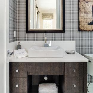 Mittelgroßes Klassisches Badezimmer mit Aufsatzwaschbecken, flächenbündigen Schrankfronten, dunklen Holzschränken, bunten Wänden, Porzellan-Bodenfliesen und beigem Boden in Miami
