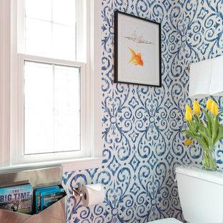 Ispirazione per una stanza da bagno per bambini boho chic di medie dimensioni con ante grigie, vasca/doccia, pareti multicolore, pavimento con piastrelle in ceramica, pavimento arancione e top bianco