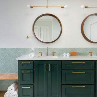 Пример оригинального дизайна: большая главная ванная комната в стиле неоклассика (современная классика) с зелеными фасадами, угловой ванной, открытым душем, зеленой плиткой, керамической плиткой, белыми стенами, белым полом, открытым душем, белой столешницей, тумбой под две раковины и панелями на стенах