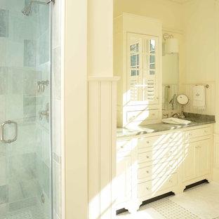 Esempio di una grande stanza da bagno padronale stile marino con lavabo sottopiano, ante a filo, ante bianche, top in marmo, doccia alcova, pareti bianche e pavimento in marmo