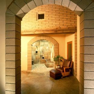 Diseño de cuarto de baño rústico con ducha empotrada y baldosas y/o azulejos marrones