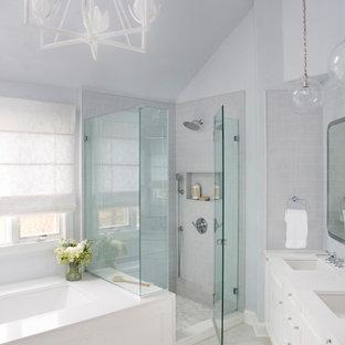 Cette image montre une grand salle de bain principale traditionnelle avec un placard à porte shaker, des portes de placard blanches, une baignoire encastrée, une douche d'angle, un WC séparé, un carrelage bleu, des carreaux de céramique, un mur bleu, un sol en carrelage de porcelaine, un lavabo encastré, un plan de toilette en quartz modifié, un sol gris, une cabine de douche à porte battante, un plan de toilette blanc, un banc de douche, meuble double vasque, meuble-lavabo encastré et un plafond voûté.