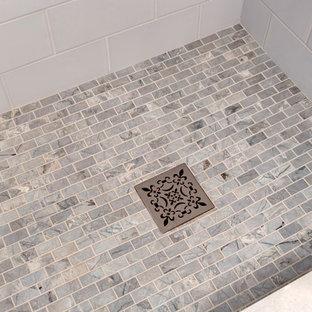 Kleines Klassisches Badezimmer En Suite mit profilierten Schrankfronten, grauen Schränken, Duschnische, Toilette mit Aufsatzspülkasten, blauen Fliesen, Keramikfliesen, grauer Wandfarbe, Porzellan-Bodenfliesen, Unterbauwaschbecken, Quarzwerkstein-Waschtisch, grauem Boden und Falttür-Duschabtrennung in Seattle