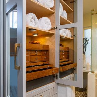 Inredning av ett stort vit vitt en-suite badrum, med släta luckor, skåp i mörkt trä, våtrum, en toalettstol med hel cisternkåpa, blå kakel, vita väggar, ett fristående handfat, bänkskiva i kvarts, grönt golv och dusch med gångjärnsdörr