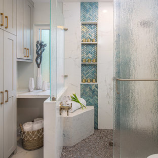 На фото: большая главная ванная комната в стиле неоклассика (современная классика) с плоскими фасадами, темными деревянными фасадами, душевой комнатой, унитазом-моноблоком, синей плиткой, белыми стенами, настольной раковиной, столешницей из искусственного кварца, зеленым полом, душем с распашными дверями и белой столешницей
