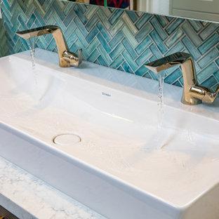 Idéer för att renovera ett stort vit vitt en-suite badrum, med släta luckor, skåp i mörkt trä, våtrum, en toalettstol med hel cisternkåpa, blå kakel, vita väggar, ett fristående handfat, bänkskiva i kvarts, grönt golv och dusch med gångjärnsdörr