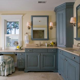 Idéer för stora vintage en-suite badrum, med luckor med upphöjd panel, blå skåp, ett fristående badkar, en toalettstol med separat cisternkåpa, beige kakel, stenkakel, gula väggar, kalkstensgolv, ett undermonterad handfat och granitbänkskiva