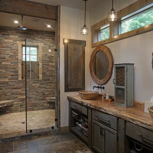Esempio di una stanza da bagno rustica