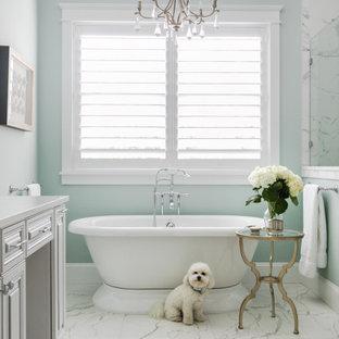 Idéer för stora maritima grått en-suite badrum, med luckor med upphöjd panel, grå skåp, ett fristående badkar, gröna väggar, klinkergolv i porslin och grått golv