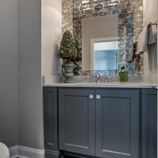 Ispirazione per una grande stanza da bagno tradizionale con ante grigie, piastrelle di vetro, top in quarzite, ante con riquadro incassato, pareti grigie, pavimento in legno massello medio, lavabo sottopiano, pavimento marrone e top multicolore