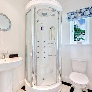 Пример оригинального дизайна: ванная комната в морском стиле с раковиной с пьедесталом и угловым душем