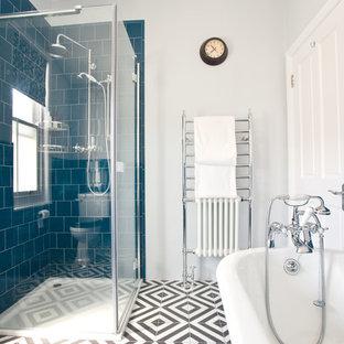 Foto di una piccola stanza da bagno industriale con doccia ad angolo, WC monopezzo, piastrelle blu, piastrelle in ceramica, pareti bianche, pavimento con piastrelle in ceramica, lavabo a colonna, pavimento multicolore e porta doccia a battente