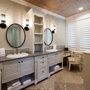 Esempio di una grande stanza da bagno padronale country con ante lisce, ante bianche, piastrelle grigie, piastrelle a listelli, pareti grigie, pavimento in gres porcellanato, lavabo da incasso e pavimento marrone