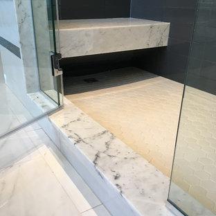Imagen de cuarto de baño principal, de estilo americano, de tamaño medio, con armarios con paneles con relieve, puertas de armario blancas, bañera encastrada, ducha empotrada, paredes grises, suelo de mármol, lavabo bajoencimera y encimera de mármol