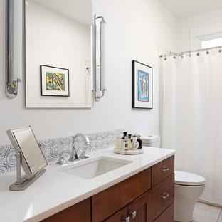 Idee per una piccola stanza da bagno contemporanea con ante arancioni, vasca ad alcova, vasca/doccia, WC a due pezzi, piastrelle multicolore, piastrelle in ceramica, pareti bianche, pavimento in gres porcellanato, lavabo sottopiano, top in quarzo composito, pavimento beige e top bianco