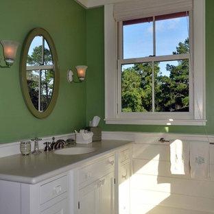 Ejemplo de cuarto de baño tradicional, grande, con lavabo bajoencimera, armarios estilo shaker, puertas de armario blancas, paredes verdes y suelo de madera oscura