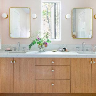 Imagen de cuarto de baño infantil, contemporáneo, de tamaño medio, con armarios con paneles lisos, puertas de armario de madera clara, ducha esquinera, sanitario de dos piezas, baldosas y/o azulejos blancos, baldosas y/o azulejos en mosaico, paredes rosas, lavabo bajoencimera, encimera de cuarzo compacto, suelo gris, ducha con puerta con bisagras y encimeras blancas