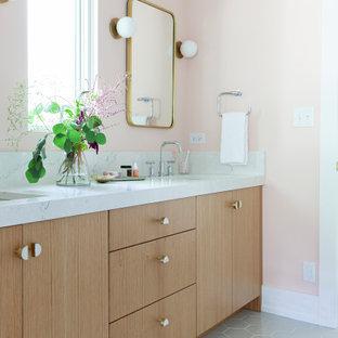 Imagen de cuarto de baño infantil, clásico renovado, de tamaño medio, con armarios con paneles lisos, puertas de armario de madera clara, ducha esquinera, sanitario de dos piezas, baldosas y/o azulejos blancos, baldosas y/o azulejos en mosaico, paredes rosas, lavabo bajoencimera, encimera de cuarzo compacto, suelo gris, ducha con puerta con bisagras y encimeras blancas