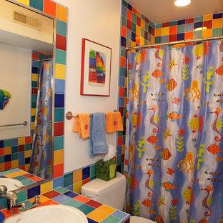 Ejemplo de cuarto de baño infantil, ecléctico, pequeño, con lavabo encastrado, armarios estilo shaker, puertas de armario blancas, encimera de azulejos, bañera empotrada, sanitario de dos piezas, baldosas y/o azulejos multicolor, baldosas y/o azulejos de cerámica, paredes blancas, suelo de baldosas de cerámica y combinación de ducha y bañera