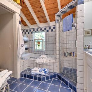 Удачное сочетание для дизайна помещения: большая главная ванная комната в морском стиле с накладной раковиной, фасадами с утопленной филенкой, белыми фасадами, столешницей из плитки, накладной ванной, душем в нише, раздельным унитазом, синей плиткой, терракотовой плиткой, белыми стенами и полом из терракотовой плитки - самое интересное для вас