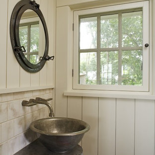 Modelo de cuarto de baño con ducha, rústico, pequeño, con lavabo sobreencimera, baldosas y/o azulejos beige, baldosas y/o azulejos de cerámica, paredes blancas, suelo de madera oscura y encimera de esteatita