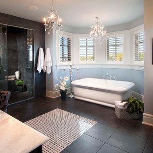 Diseño de cuarto de baño tradicional con bañera exenta, puertas de armario de madera en tonos medios, ducha esquinera, suelo de baldosas de cerámica, lavabo encastrado y suelo negro