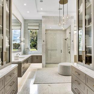 Неиссякаемый источник вдохновения для домашнего уюта: ванная комната среднего размера в современном стиле с фасадами островного типа, серыми фасадами, душем в нише, унитазом-моноблоком, белой плиткой, мраморной плиткой, белыми стенами, мраморным полом, душевой кабиной, врезной раковиной, мраморной столешницей, бежевым полом, душем с распашными дверями, белой столешницей, нишей, тумбой под две раковины, встроенной тумбой, многоуровневым потолком и обоями на стенах