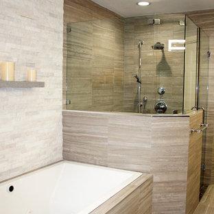 マイアミの大きいモダンスタイルのおしゃれなマスターバスルーム (フラットパネル扉のキャビネット、グレーのキャビネット、ドロップイン型浴槽、グレーのタイル、磁器タイルの床、アルコーブ型シャワー、一体型トイレ、石タイル、ベージュの壁、アンダーカウンター洗面器、テラゾーの洗面台、グレーの床、開き戸のシャワー) の写真