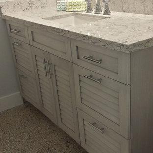 Foto di una stanza da bagno con doccia stile marinaro con ante a persiana, ante grigie, pavimento alla veneziana, top in quarzo composito e pavimento grigio