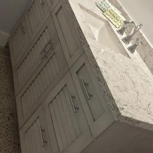 Idee per una stanza da bagno con doccia costiera con ante a persiana, ante grigie, pavimento alla veneziana, top in quarzo composito e pavimento grigio