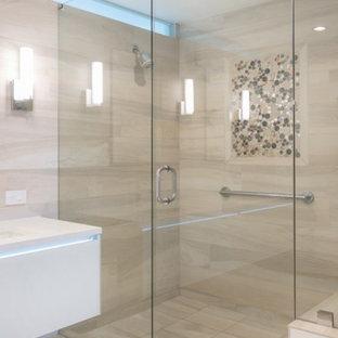 Esempio di una stanza da bagno padronale di medie dimensioni con ante lisce, ante bianche, doccia ad angolo, piastrelle beige, piastrelle in travertino, pareti bianche, pavimento in travertino, lavabo sottopiano, top in laminato, pavimento beige e porta doccia a battente