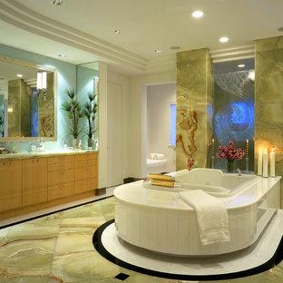 Idee per una grande stanza da bagno padronale design con lavabo sottopiano, ante lisce, ante in legno chiaro, top in onice, vasca da incasso, doccia doppia, WC monopezzo, pareti bianche e pavimento in marmo