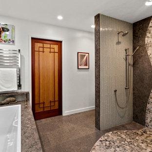 Idee per una stanza da bagno padronale minimalista con ante lisce, ante in legno chiaro, doccia a filo pavimento, WC monopezzo, piastrelle verdi, piastrelle di vetro, pavimento in gres porcellanato, lavabo sottopiano, top in pietra calcarea, pavimento marrone, doccia aperta e top marrone