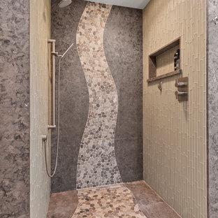 Idee per una stanza da bagno padronale design con piastrelle verdi, piastrelle di vetro, pavimento con piastrelle di ciottoli e pavimento beige