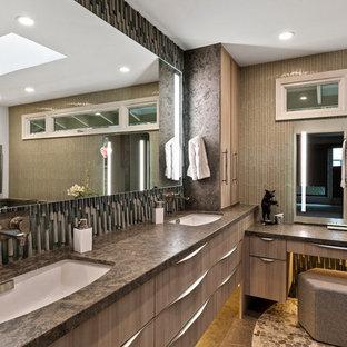 Foto di una stanza da bagno padronale moderna con ante lisce, ante in legno chiaro, piastrelle verdi, piastrelle di vetro, top in pietra calcarea e top marrone