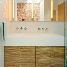 Modern Bathroom by Jordan Parnass Digital Architecture