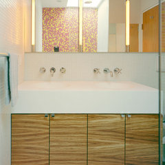 modern bathroom by Jordan Parnass Digital Architecture