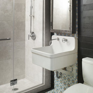 ニューヨークのエクレクティックスタイルのおしゃれな浴室 (壁付け型シンク、アルコーブ型シャワー、マルチカラーのタイル) の写真