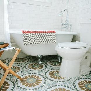 Immagine di una piccola stanza da bagno eclettica con vasca con piedi a zampa di leone, vasca/doccia, piastrelle bianche, piastrelle diamantate, pavimento in cementine, lavabo a colonna, pavimento multicolore e doccia con tenda