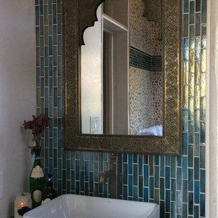 Foto di una stanza da bagno padronale eclettica di medie dimensioni con vasca da incasso, piastrelle blu, piastrelle multicolore, piastrelle a listelli, pareti marroni, lavabo a bacinella e top in cemento