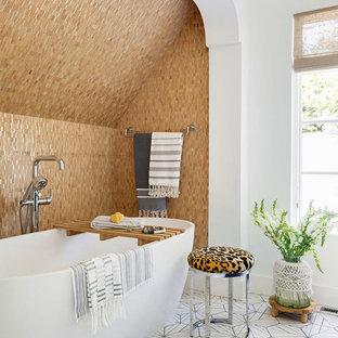 Esempio di una stanza da bagno padronale bohémian con vasca freestanding, piastrelle beige, pareti bianche e pavimento multicolore