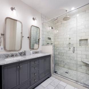 Foto di una stanza da bagno padronale tradizionale di medie dimensioni con pareti bianche, ante in stile shaker, ante grigie, doccia alcova, piastrelle bianche, piastrelle diamantate, lavabo sottopiano, nicchia e panca da doccia