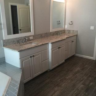 Idéer för stora shabby chic-inspirerade flerfärgat en-suite badrum, med luckor med upphöjd panel, vita skåp, ett hörnbadkar, en dusch i en alkov, en toalettstol med hel cisternkåpa, flerfärgad kakel, keramikplattor, grå väggar, klinkergolv i keramik, ett nedsänkt handfat, granitbänkskiva, brunt golv och med dusch som är öppen