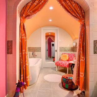 Immagine di una stanza da bagno per bambini mediterranea con vasca freestanding