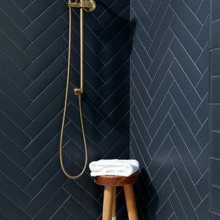 Idéer för stora vintage vitt en-suite badrum, med skåp i shakerstil, svarta skåp, en dubbeldusch, en bidé, svart kakel, porslinskakel, vita väggar, klinkergolv i keramik, ett undermonterad handfat, bänkskiva i akrylsten, vitt golv och dusch med skjutdörr