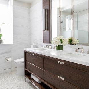Esempio di una grande stanza da bagno con doccia minimal con WC monopezzo, piastrelle bianche, lavabo sottopiano, consolle stile comò, ante marroni, doccia ad angolo, piastrelle di marmo, pareti bianche, pavimento bianco, top in superficie solida e top bianco