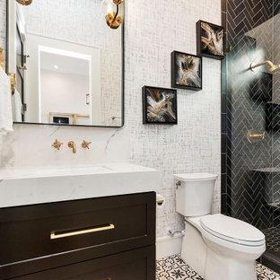 Ejemplo de cuarto de baño tradicional renovado con armarios estilo shaker, puertas de armario negras, ducha empotrada, baldosas y/o azulejos negros, paredes blancas, lavabo bajoencimera, suelo multicolor y encimeras blancas